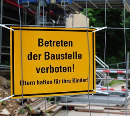 Gelbes Schild: Betreten der Baustelle verboten!