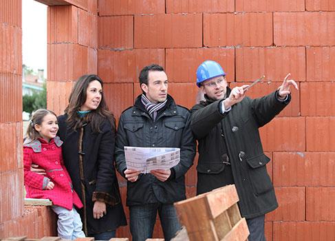 Familie besichtigt die Baustelle