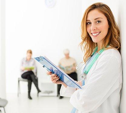 Ärztin im Wartezimmer