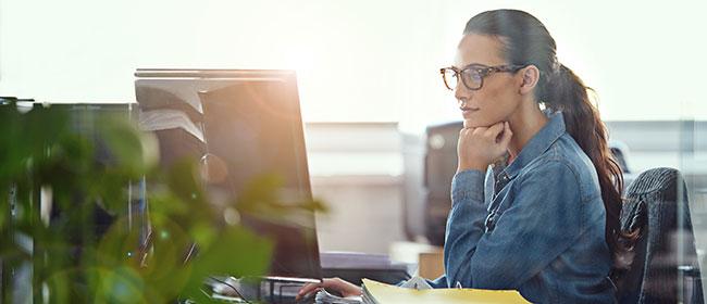 Frau arbeitet am PC