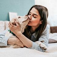 junge Frau mit krankem Hund