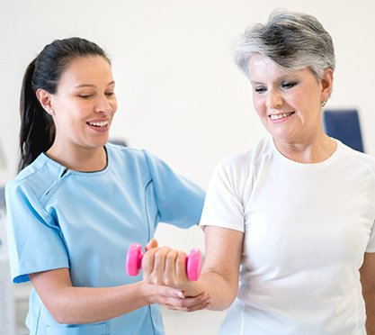 Physiotherapeutin mit Patientin