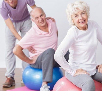 Physiotherapeutin bei der Behandlung