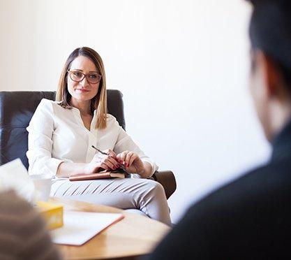 Psychotherapeutin bei der Arbeit
