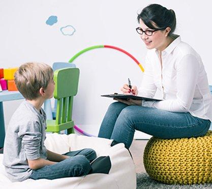 Angehende Psychotherapeutin mit Junge