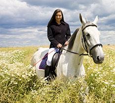 Zufriedene Pferdebesitzerin