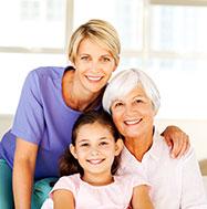Großmutter mit Tochter und Enkelin