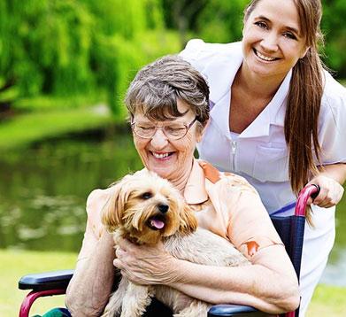 Alte Damie mit ihrem Hund