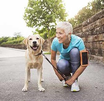 Hund und Joggerin