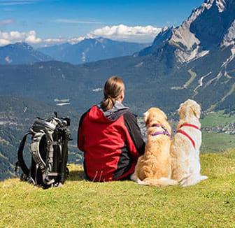 Pause bei der Wanderung mit Hund