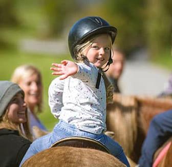 Kind reitet auf dem Pony