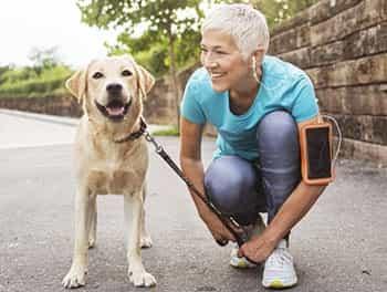 Frau bereitet sich auf die Joggingrunde mit ihrem Hund vor