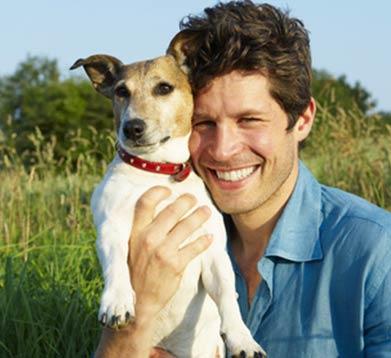 Hund und glückliches Herrchen