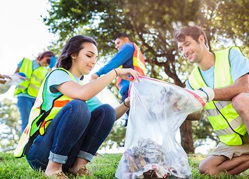 ehrenamtliche Helfer beseitigen Müll