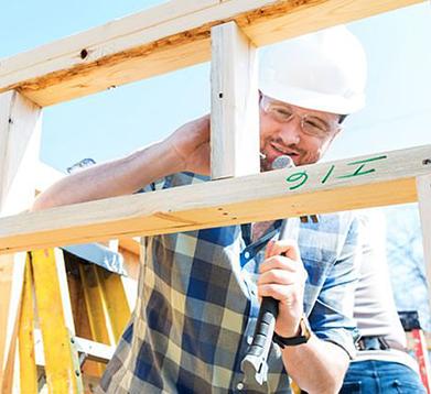 Bauhelfer bei der Arbeit