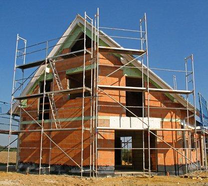 Unfertiges Haus mit Gerüsten