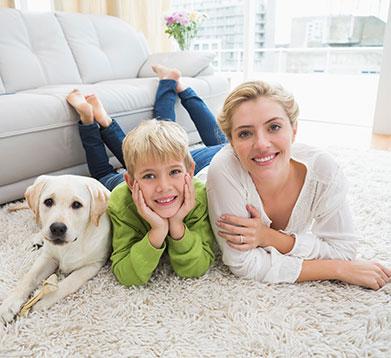 Familie mit Hund im Wohnzimmer