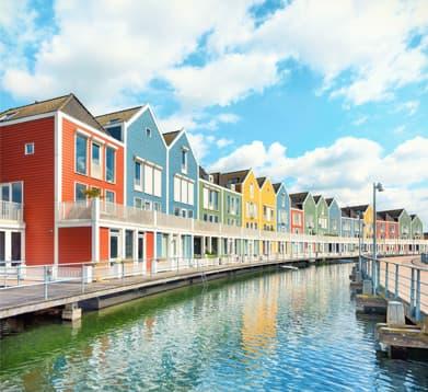 Bunte Ferienhäuser in Holland am Wasser