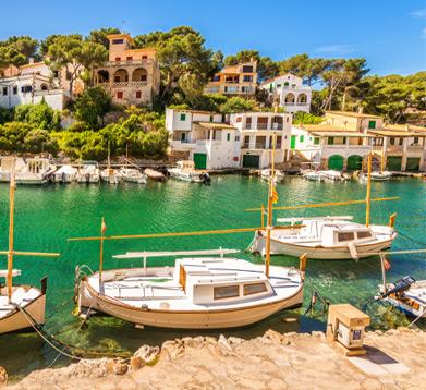 Häuser am Meer mit Booten