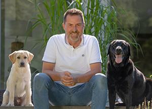 Hunde-OP-Versicherung-Experte Ralf Becker und seine Hunde
