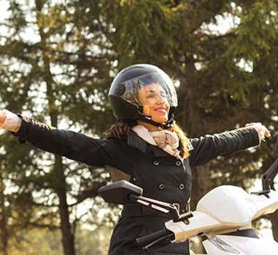 glückliche Mopedfahrerin