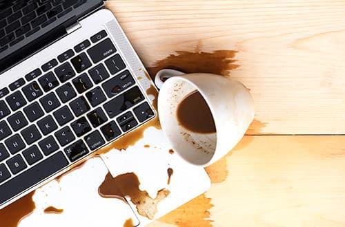Kaffe über Laptop