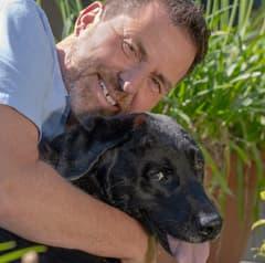 Experte zur Hundeversicherung Ralf Becker und sein Hund Ayka