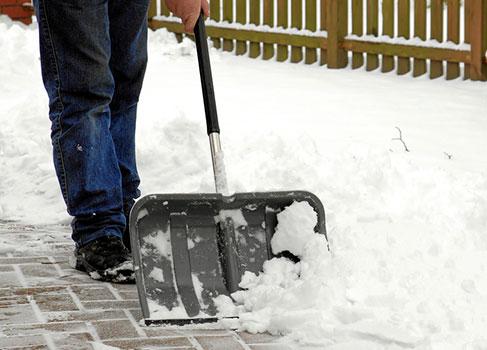 Mann am Schneeschieben