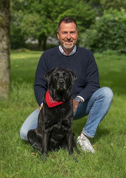 Herr Becker mit seinem Labrador Ayka