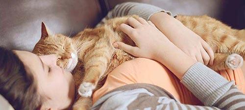 Frau mit ihrer Katze