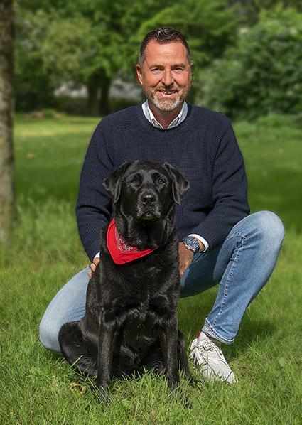 Ralf Becker mit seinem Hund Ayka